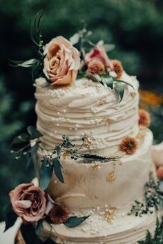 This dreamy wedding cake features gold foil specs, pearls, and rustic blooms – Beautiful Wedding Cake Designs Wedding Cake Roses, Black Wedding Cakes, Floral Wedding Cakes, Wedding Cake Rustic, Beautiful Wedding Cakes, Wedding Cake Designs, Wedding Cake Pearls, Elegant Wedding, Perfect Wedding