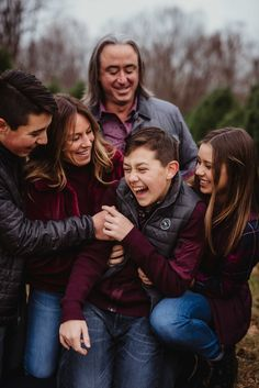Family with teenagers winter Christmas tree farm photography session with burgundy, gray and blacks. Adult Family Photos, Winter Family Photos, Fall Family Photo Outfits, Outdoor Family Photos, Family Christmas Pictures, Family Family, Teenage Family Photos, Funny Family, Family Portrait Poses