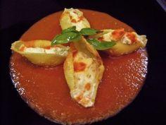 Conchiglioni ripieni di ricotta e fiori di zucca con salsa di pomodoro e basilico