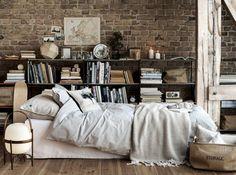 Pur une chambre à l'esprit douillet, on peut y installer une bibliothèque toute en longueur au rangement un peu brouillon