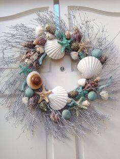 Beach House Decor Beach House Style Ideas - Decorate for the Holidays - . - Beach House Decor Beach House Style Ideas – Decorate for the Holidays – - Coastal Wreath, Seashell Wreath, Seashell Crafts, Beach Crafts, Coastal Decor, Diy Crafts, Beach Wreaths, Seashell Projects, Nautical Wreath