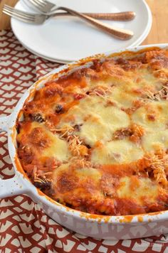 Syn Sausage and Bean Pasta Bake -Low Syn Sausage and Bean Pasta Bake - Classic quiche meets classic dip. tuna pasta bake in cast iron skillet with salad and white plate in background Slimming Eats - Slimming World Recipes Syn Free One Pot Speed Pasta Slimming World Dinners, Slimming World Diet, Slimming Eats, Slimming Recipes, Slimming Worls, Cooking Recipes, Healthy Recipes, Pasta Recipes, Sausage Recipes