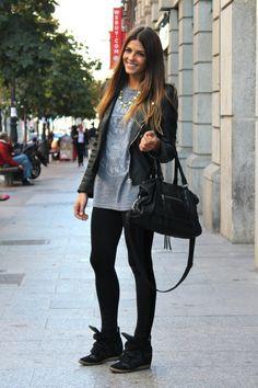 Grey tshirt, black pants and a handbag - couldn't be anymore simplistic. Love this!