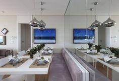 sala pequena espelho parede banco mesa