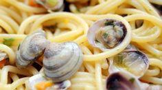 """Il """"re della pasta"""" Peppe Guida, chef dell'Antica Osteria Nonna Rosa di Vico Equense, ci svela i segreti di un piatto semplice solo in apparenza. Seguici anche su Facebook"""
