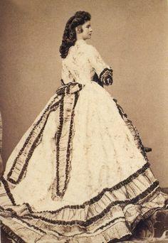 Sissi en 1864 - Très belle robe ornée de volants Victoria et Elizabeth