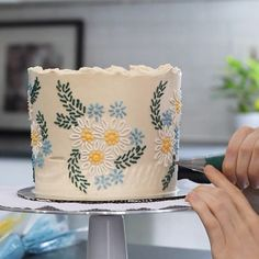 How to Make Realistic Buttercream Flowers Pretty Cakes, Cute Cakes, Beautiful Cakes, Amazing Cakes, Dessert Decoration, Sugar Cake Decorations, Chocolate Decorations, Cake Decorating Techniques, Cake Decorating For Beginners
