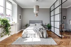 Dormitorio pared gris / Mueble recibidor / Dormitorio con pared de vidrio / Colores soft y un vestidor low cost #hogarhabitissimo #parquet en espiga