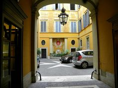 "Het hoofdkwartier van de Maltezer Ridders aan de Via Condotti in Rome - Een locatie uit ""Prachtig Gebroken"" Rome, Mansions, House Styles, Home Decor, Mansion Houses, Homemade Home Decor, Villas, Fancy Houses, Rum"
