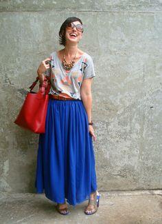 Brincando com as cores! Loock descolado, confortável e criativo. Vermelho + azul + estampa. O segredo é se permitir brincar com o seu guarda-roupa.