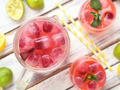 Sip on this refreshing keto-frendly summer raspberry lemonade. #keto #ketodrinks #lemonade #raspberry