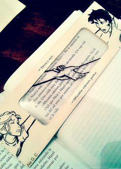 """""""Percy agarró más fuerte la muñeca de Annabeth. Él tenía la cara demacrada, llena de arañazos y manchada de sangre, y el cabello cubierto de telarañas, pero cuando la miró fijamente, a ella le pareció que nunca había estado más guapo."""" Percy Jackson Fan Art, Percy Jackson Books, Tio Rick, Uncle Rick, Percabeth, Magnus Chase, Dibujos Percy Jackson, Bullet Journal Lettering Ideas, Leo Valdez"""