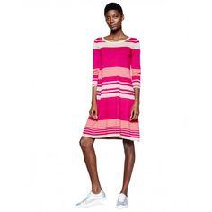 Vestido de algodón 100% confeccionado en punto liso con estampado multicolor de rayas. Cuello redondo, mangas 3/4 y largo por encima de la rodilla. Cuello, puños y bajo de canalé.