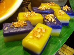 Kakanin , or Filipino native delicacies, are snacks usually made with or containing any or combination of coconut milk, rice flour, glutino. Filipino Dishes, Filipino Desserts, Asian Desserts, Filipino Recipes, Filipino Food, Filipino Debut, Easy Desserts, Sapin Sapin Recipe, Dessert Drinks