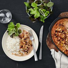 Här bjuder vi på en riktig klassiker: Flygande Jacob! En läcker rätt med kyckling, bacon, grädde, banan, chilisås och jordnötter. Receptet publicerades första gången 1976 och upphovsmannen lär vara Ove Jacobsson, verksam inom flygfrakt. Tack Ove för denna oslagbara rätt! Chana Masala, Meal Planning, Chicken Recipes, Bacon, Curry, Ethnic Recipes, Food, Curries, Essen