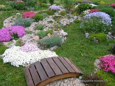 Сухой ручей из камня и цветов