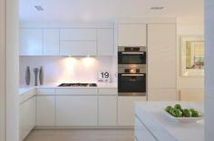 Valkoinen keittiö, puhtaat linjat