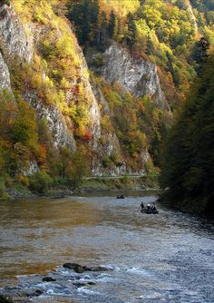 Pieniny Mountains, Dunajec River (border of Poland and Slovakia) Oh The Places You'll Go, Places To Visit, Travel Around The World, Around The Worlds, Polish Mountains, Visit Poland, Poland Travel, Rio, Foto Art