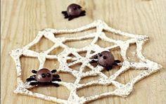 Biscotti di Halloween: le ragnatele - Prepara questi dolcetti di Halloween a forma di ragnatela, ognuno col suo ragno aggrappato...una ricetta di biscotti per la festa dei bambini e come decorazione per le torte.