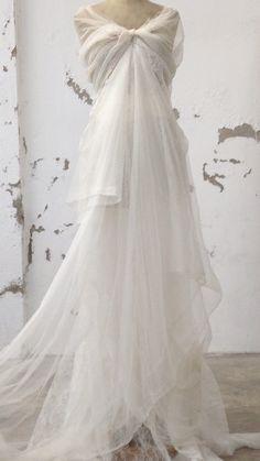 Compartimos una  foto de las primeras pruebas de uno de los vestidos de novia de Cortana para la próxima colección. Esperamos que os guste.