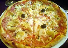 Pizza capriciosa cu anghinare şi incrediente proaspete. Mini Pizzas, Stromboli, Calzone, Empanadas, I Love Pizza, Latin Food, Pizza Dough, Hawaiian Pizza, Pasta Recipes