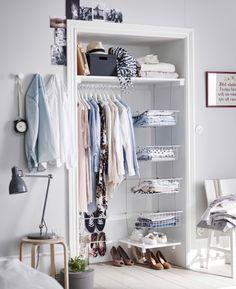 Retirer les portes d'une garde-robe existante peut aider à gagner de l'espace. Il ne reste plus qu'à organiser l'intérieur à l'aide de tringles, tablettes et paniers!