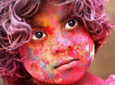 magnifique image d'une gamine durant la fête des couleurs