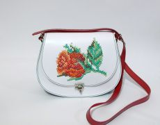 Tolba piele naturala cusuta manual pe capac cu motiv floral Leather Bags Handmade, Handmade Bags, Handmade Crafts, Unique Bags, Flower Embroidery, Saddle Bags, Hand Sewing, Floral, Butterflies