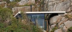 A vízparti szikláktól védve és azokat a ház szerkezetébe is belevonva épült kisméretű családi nyaraló Norvégiában. A Cabin Knapphullet csendesen megbújik környezetében, amelyben...