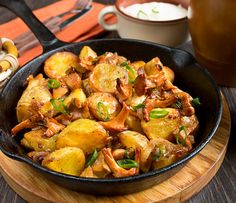 Baked potatoes with chanterelles