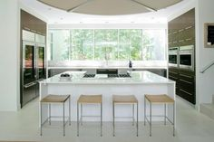 cocina moderna con isla blanca
