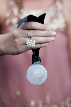 19 DIY Snowflakes, Snowballs and Snowmen Crafts For Your Home »  Icy snowball ornaments (via valleyandcolifestyle)