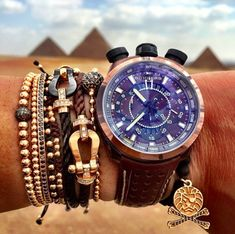 Set vòng bằng vàng đến từ thương hiệu Anil Arjandas, Fred và Shamballa Jewels.