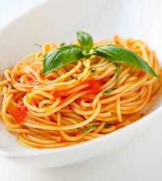 A most delicious, fresh tomato sauce for your favorite baked spaghetti. Scarpetta's Spaghetti with Fresh Tomato Sauce and Garlic Basil Oil Pasta Facil, Pasta Integral, Basil Sauce, Spaghetti Recipes, Spaghetti Dinner, Baked Spaghetti, Pasta Spaghetti, Rice Pasta, Fodmap Recipes