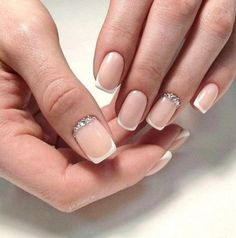 False nails have the advantage of offering a manicure worthy of the most advanced backstage and to hold longer than a simple nail polish. The problem is how to remove them without damaging your nails. French Manicure With A Twist, French Tip Nails, Wedding Manicure, Manicure And Pedicure, Shellac Nails, Nail Polish, Cute Nails, Pretty Nails, Milky Nails