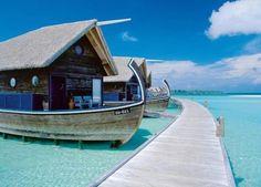 Cocoa Island Hotel (Maldivas)  Este hotel resort se encuentra en la otra cara de la moneda respecto del anterior, ya que las habitaciones son pequeñas embarcaciones con salida al mar.