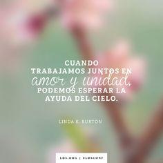 """""""Cuando trabajamos juntas en amor y unidad, podemos esperar la ayuda del cielo"""". —Hermana Linda K. Burton, """"'Fui forastero'"""""""