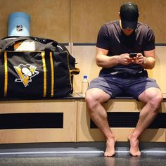 Sidney Crosby and Sidney Crosby's thighs. Hockey Girls, Hockey Mom, Ice Hockey, Bruins Hockey, Hockey Stuff, Hot Hockey Players, Nhl Players, Pens Game, Yellow Crocs