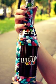 m&m guarda una botella de alcohol