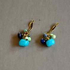 """Boucles d'oreilles fantaisies """"Abélia"""" pierres fines bleues sur dormeuses dorées : Boucles d'oreille par kanakeis"""