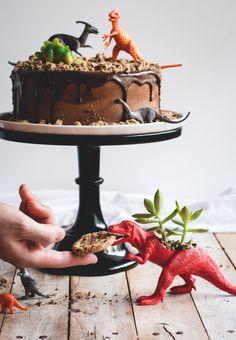Yoghurt cake with Companion - HQ Recipes Dinosaur Party, Dinosaur Birthday, Chocolate Cookies, Chocolate Chips, Chips Ahoy Cookies, Cold Cake, Rhubarb Cake, Cake Board, Savoury Cake