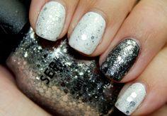 Minden fémes szín jól illik a fehérhez, de különösen az ezüst és az ólomszürke.