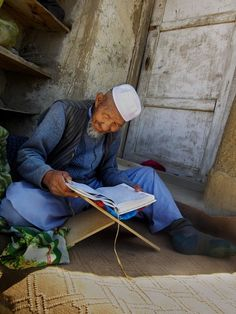Reader in Afghanistan. Photograph by Steve McCurry.