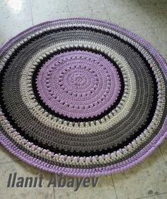 שטיח בקוטר 1.25 בצבעי סגול, שמנת וחום סרוג מחוטי טריקו Crochet Rug Patterns, Pillows, Rugs, Home Decor, Towels, Cooking, Homemade Home Decor, Cushion, Types Of Rugs