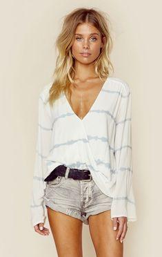 85b6fde5e5  Summer  Outfits   White Long Sleeves V-Neck Top + Denim Shorts Neformální