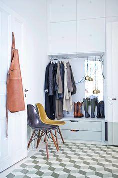Förvaringsväggen är byggd av köksskåp från Ikea och byrå från Ikeas Stolmen, som ramats in av stavlimmade hyllplan och målats | ELLE Decoration