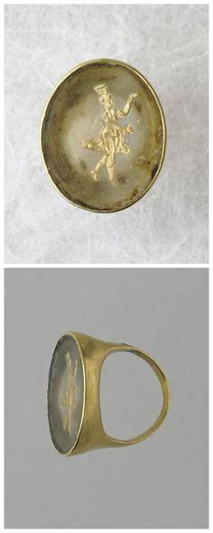 Signet ring decorated with a dancer on the right, head surmounted a calathos. Gold , pâte de verre. Greek 323 - 31 B.C. | Photo (C) RMN-Grand Palais (musée du Louvre) / Hervé Lewandowski