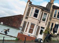 Βρετανία: Πώς ένα σκίτσο του Banksy εκτόξευσε την αξία ενός σπιτιού από 300.000 στις 5 εκατ. στερλίνες (vid) | My Review Banksy Work, Colossal Art, Hula Hoop, Street Artists, Art World, Knock Knock, Female Art, Les Oeuvres, The Row