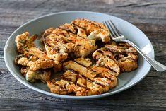 GRILLET BLOMKÅL MED LIME- OG CHILIDRESSING Frisk, Chicken Wings, Barbecue, Lime, Meat, Recipes, Food, Garden, Side Dishes