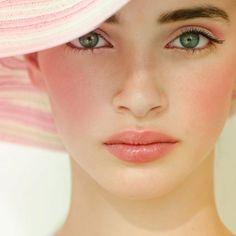 Pink makeup. Summer makeup. Pink lips. Pink cheeks. Pink eyeshadow. Natural makeup. Soft makeup. #summerbeauty #summerfavorites
